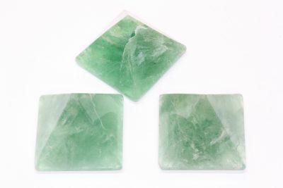 Fluoritt grønn pyramide 40x40mm