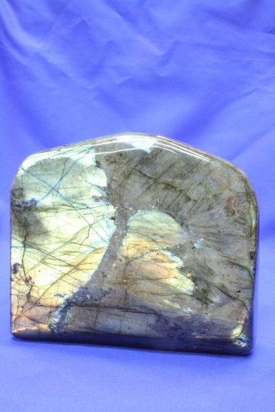 Labradoritt polert fri form 2.8kg 14x16cm fra Bombetoka på Madagaskar