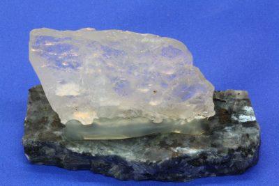 Platekrystall C montert på steinfot, krystall 33x46x7mm, totalt høyde 45mm fra Sørskogen i Bardu Norge